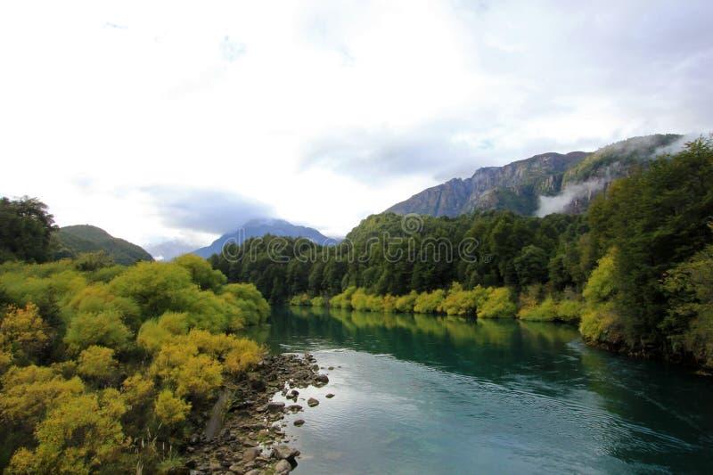 河Futaleufu流动,知名为漂流的浪端的白色泡沫,巴塔哥尼亚,智利 库存照片