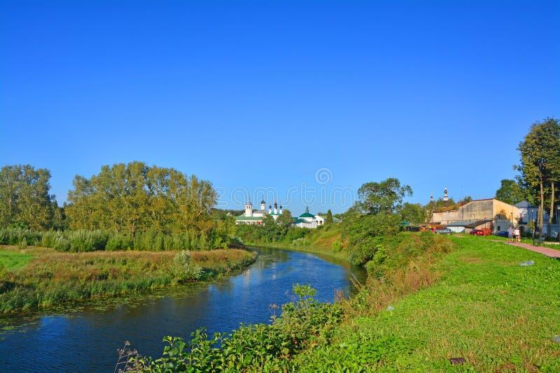 河Kamenka看法从克里姆林宫轴的在苏兹达尔,俄罗斯 库存照片