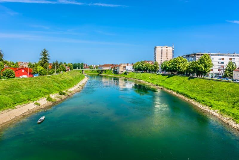 河Korana在克罗地亚,卡尔洛瓦茨镇 库存照片