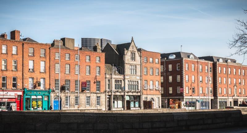 河Liffey的岸的看法在都伯林,爱尔兰 免版税库存照片
