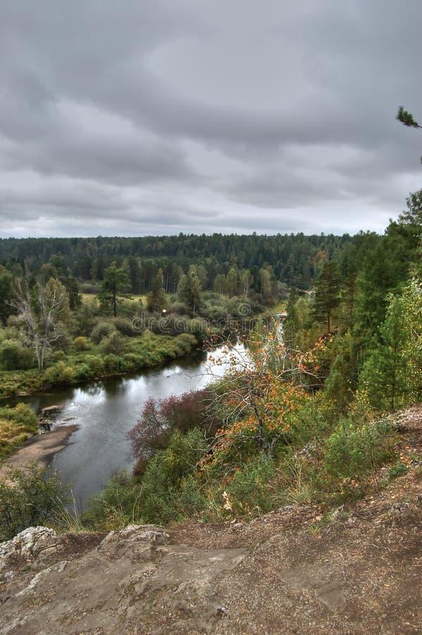 从河Serga和周围的乌拉尔taiga的沿海峭壁的看法 自然公园鹿放出斯维尔德洛夫斯克地区 图库摄影