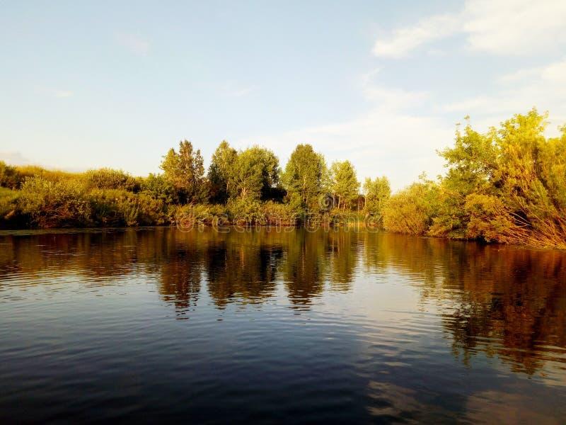 河Uvelka在车里雅宾斯克地区的etkul区 从小船的看法 免版税图库摄影