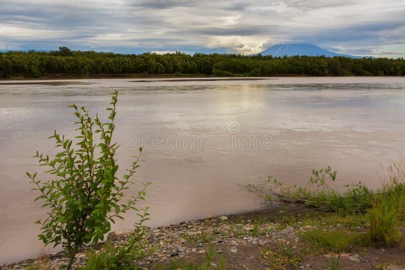 河Zhupanova 克罗诺基火山在堪察加的自然保护 库存图片