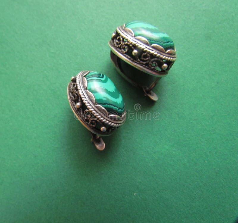 绿沸铜螺柱耳环 免版税库存图片