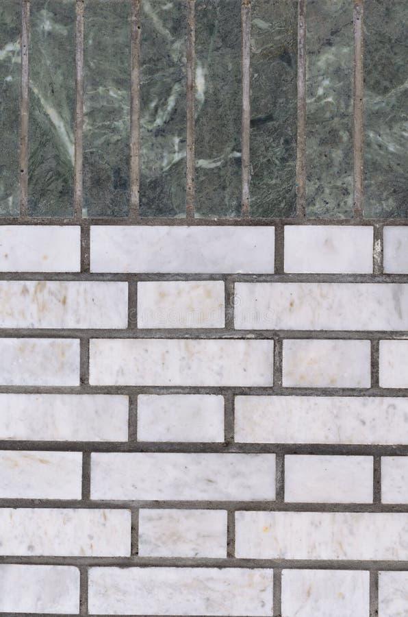 绿沸铜绿色墙壁和灰色背景的 库存图片