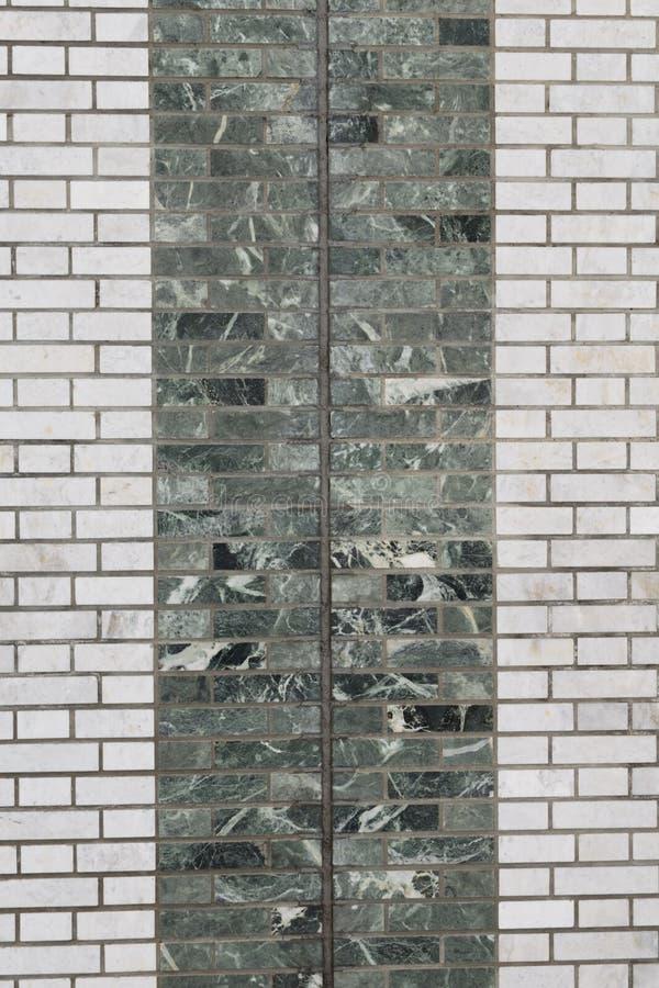 绿沸铜绿色墙壁和灰色背景的 图库摄影