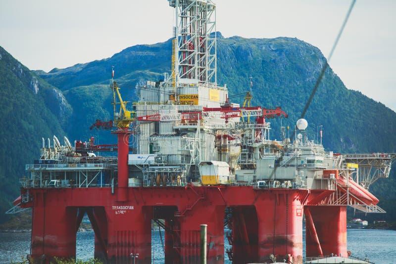 油、石油和气体平台在海湾,近海油和船具建筑夏天沿海关闭看法 免版税库存图片