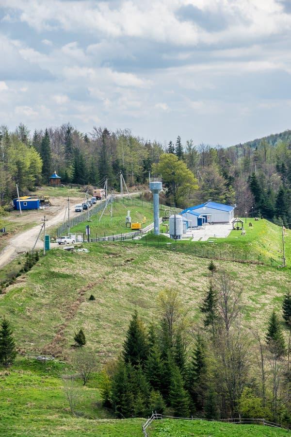 油井在喀尔巴阡山脉 库存照片
