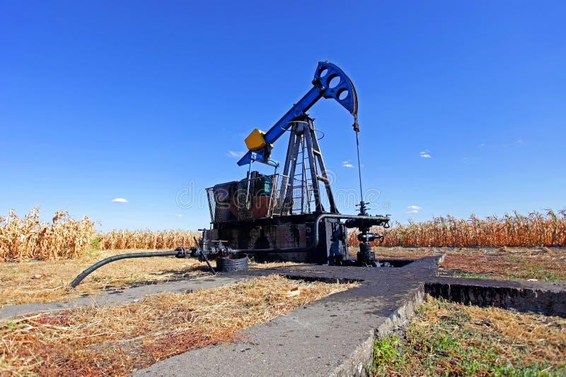 油井在麦地 库存图片