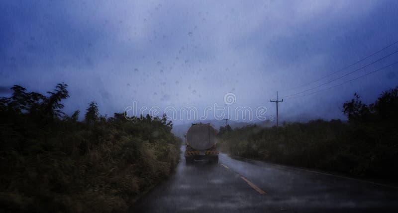 油卡车在雨中 库存照片