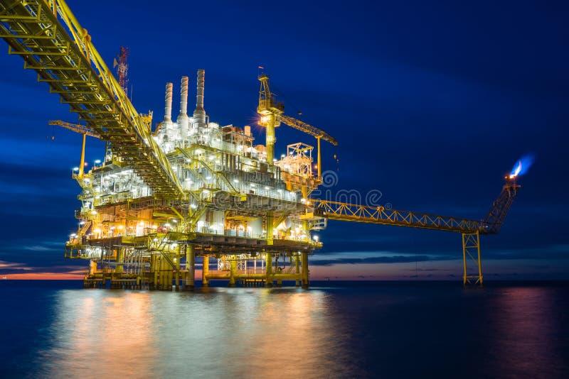 油和煤气中央处理平台从泉源平台接受原料气体和凝析油 库存照片