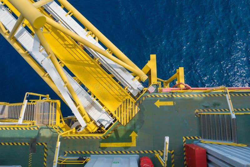 油和煤气中央处理平台和桥梁连接到适应平台 免版税库存图片