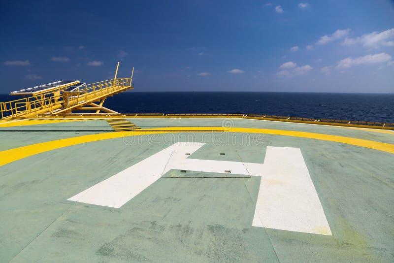 油和煤气凿岩机直升机坪在近海产业,直升机在近海处建筑平台的占地面积的 免版税库存图片