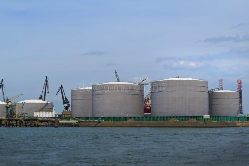 油和煤气坦克在精炼厂 免版税库存图片
