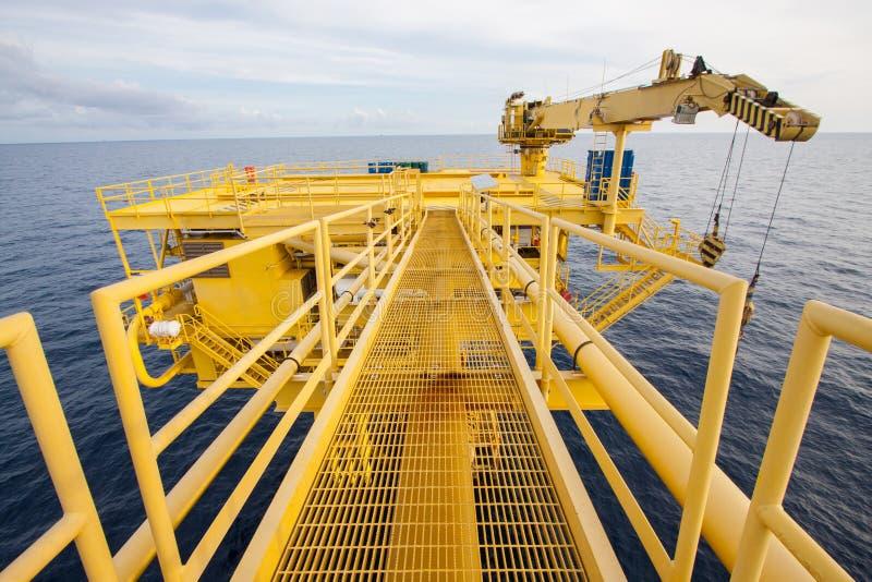 油和煤气处理平台 生产油和煤气的,近海处建筑遥远的平台 免版税图库摄影