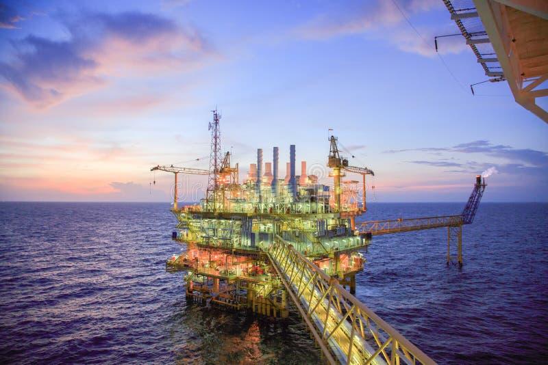 油和煤气平台或建筑平台在海湾或海的生产过程油和煤气产业 库存照片