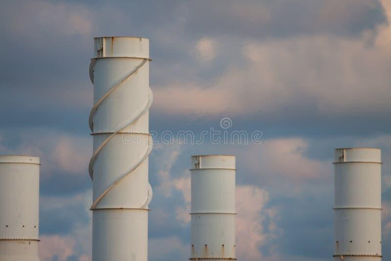 油和煤气植物冷却塔, 免版税库存图片