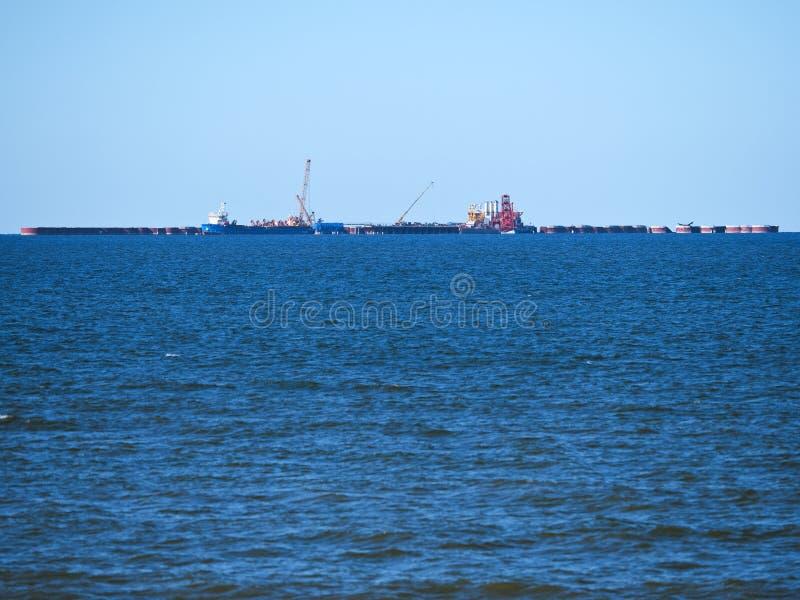 油和煤气生产复合体在海,在波罗的海的石油生产 库存图片