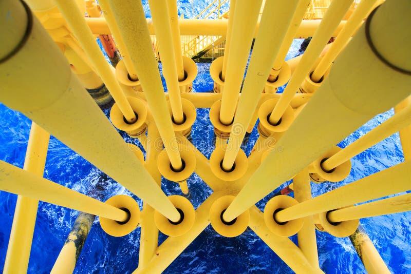 油和煤气生产槽孔在近海平台、油和煤气产业 在平台或船具的好的顶头槽孔 免版税图库摄影