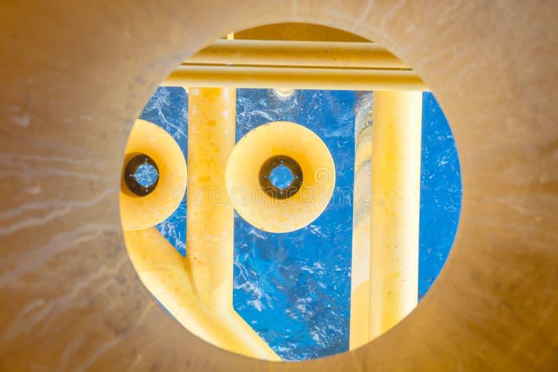 油和煤气生产槽孔在近海平台,顶视图 免版税库存照片