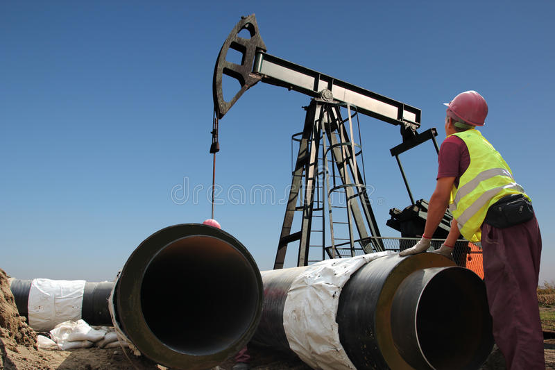 油和煤气管道建造场所的工作者 库存图片