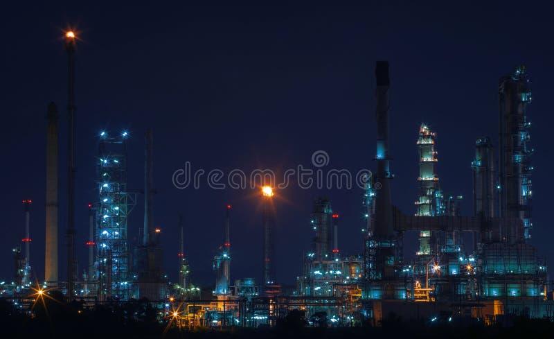 油和煤气精炼厂工厂美好的夜场面风景  免版税库存照片