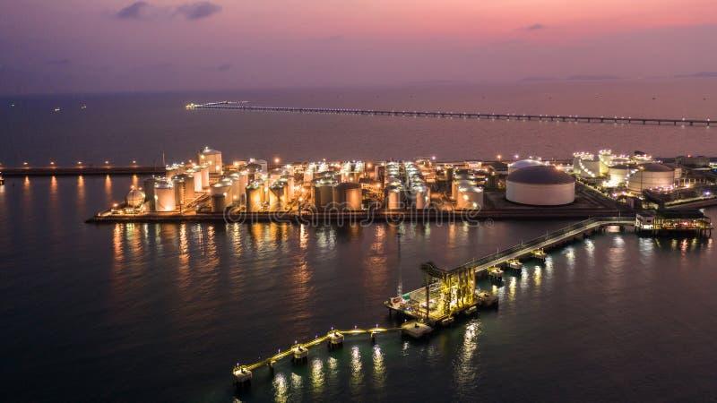 油和煤气终端是石油、气体和石油化学的产品,在微明的Aeria视图存贮的工业设施  免版税图库摄影