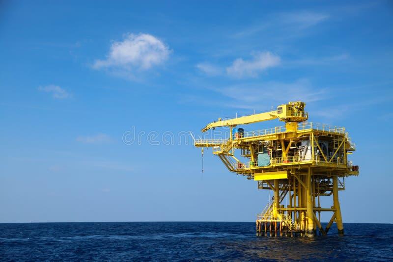 油和船具产业近海处,生产的建筑在能量事务的平台油和煤气 库存照片