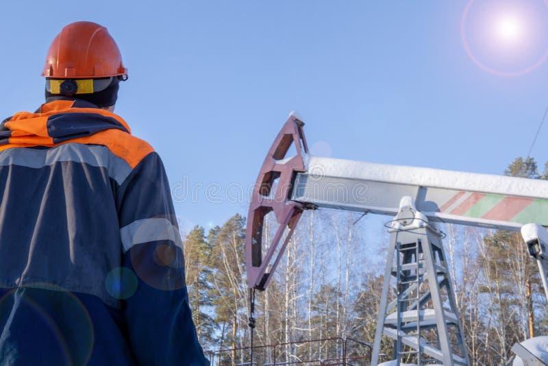 油工作者的图象pumpjack的 油和煤气产业 免版税库存图片
