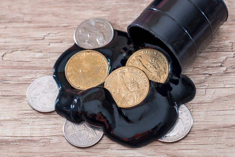 油桶与美元金钱的在木书桌上 免版税库存图片