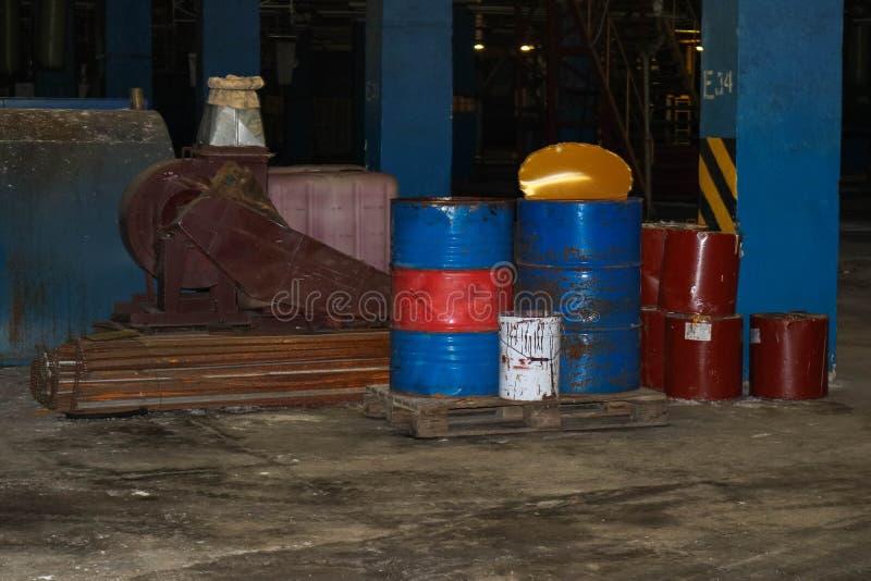 油桶和燃料,润滑材料在一个黑暗的仓库里在工业精炼厂化工石油化学制品 库存照片