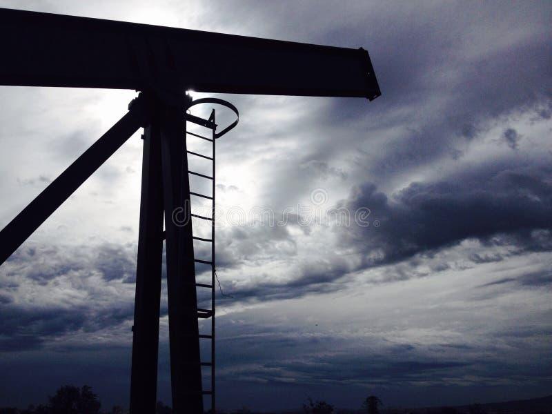 油泵,多云天空 免版税图库摄影