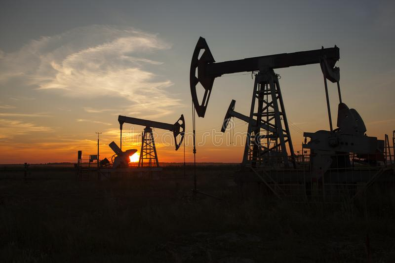油泵,工业设备 在俄罗斯,巴什科尔托斯坦共和国共和国上油晃动在日落 库存照片