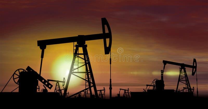 油泵-在日落背景的油萃取 免版税图库摄影