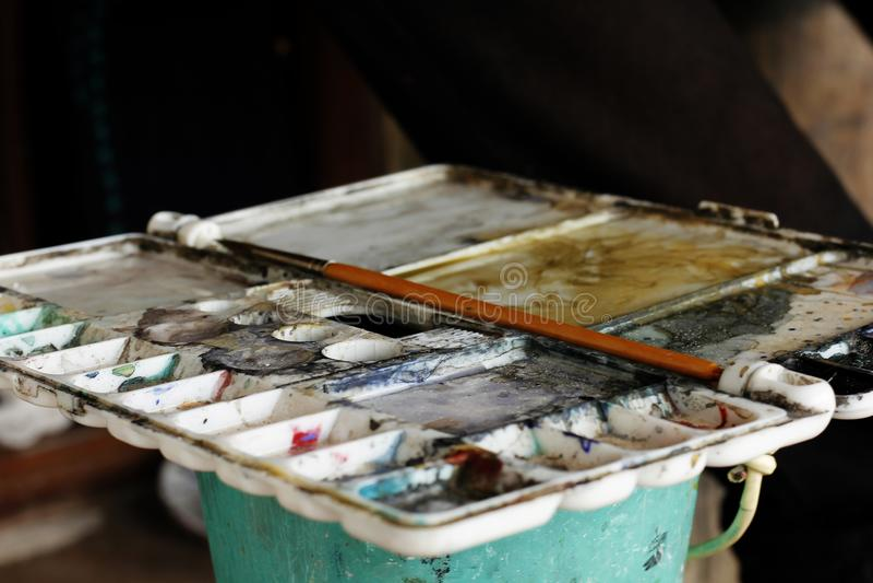 油漆刷在混合的板材 免版税库存照片