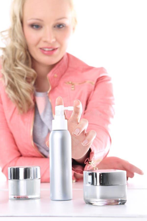 油漆或泡沫?如何安排她的头发。 库存照片