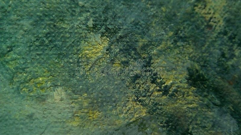 油漆污迹特写镜头帆布的表面上的 绿色,黄色,淡黄色的斑点 免版税库存照片