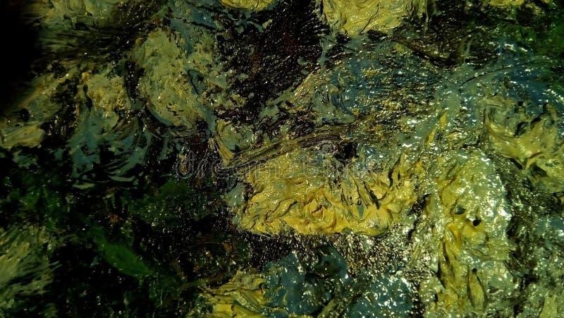 油漆污迹特写镜头帆布的表面上的 绿色,黄色,淡黄色的斑点 库存图片