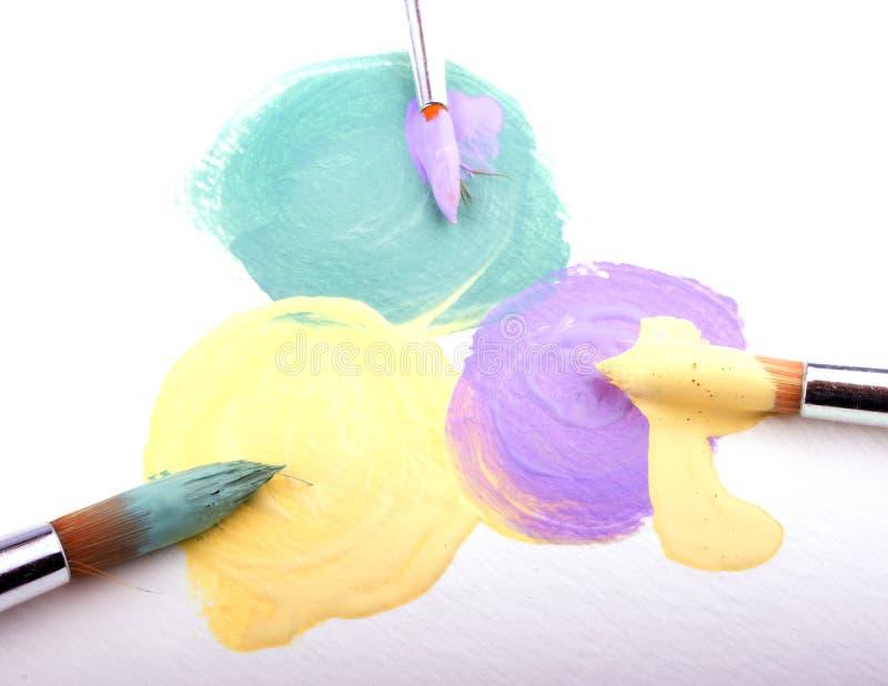 油漆绿色,黄色和淡紫色斑点在白色织地不很细纸的 库存照片