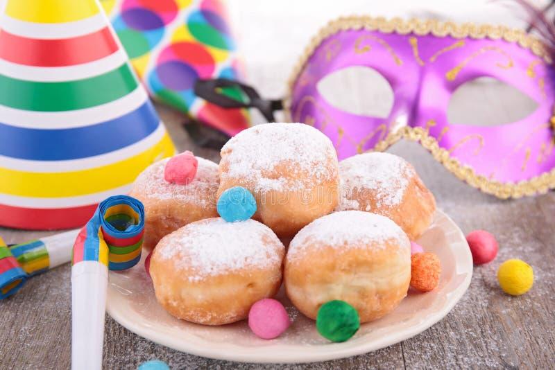 油炸圈饼和狂欢节装饰 免版税库存图片