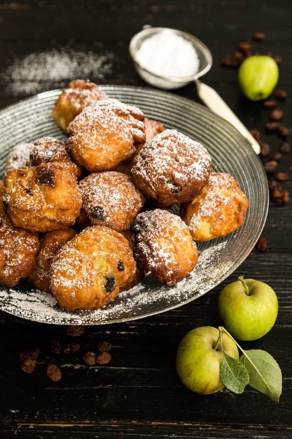 油炸圈饼用苹果和葡萄干 免版税库存图片