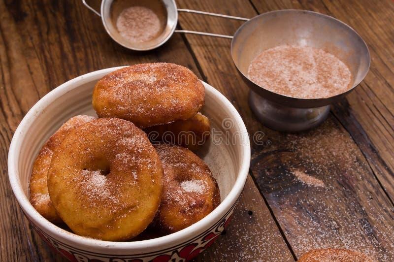 油炸圈饼调味用桂香、肉豆蔻和搽粉的糖 图库摄影