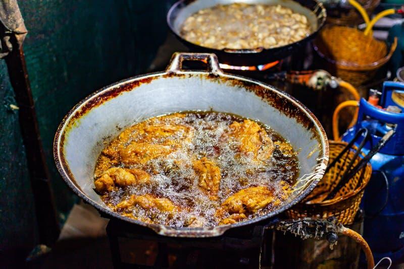 油炸在大铁平底锅街道食物的油的鸡 免版税图库摄影