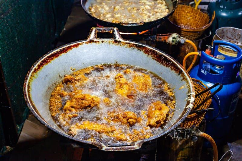 油炸在大铁平底锅街道食物的油的鸡 免版税库存图片