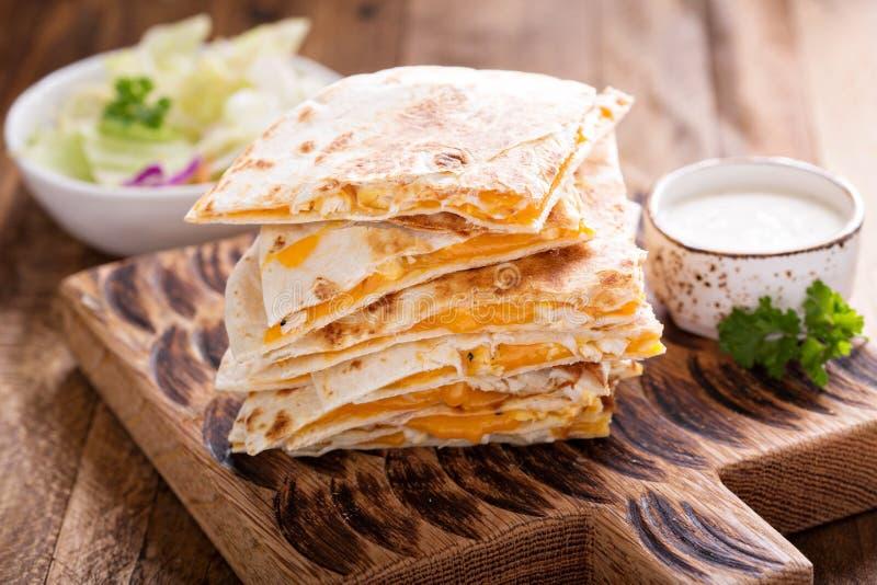 油炸玉米粉饼用切达乳酪和鸡 免版税库存图片