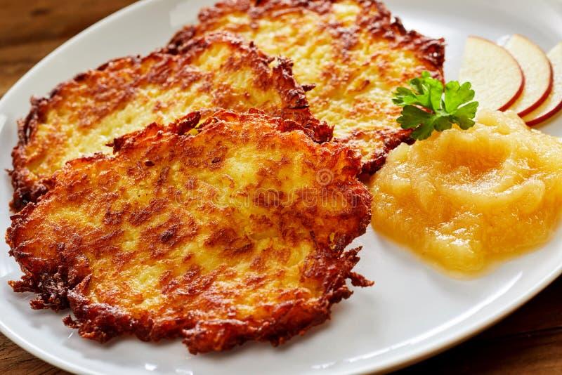 油炸马铃薯片油煎的土豆Rosti服务用苹果酱 免版税库存照片