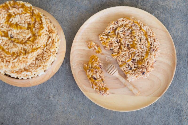 油煎和倒甘蔗糖浆的泰国甜点 免版税图库摄影