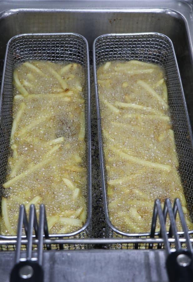 油煎在一个深炸锅的薯片 免版税库存图片