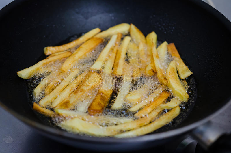 油煎在平底锅的土豆 免版税库存照片