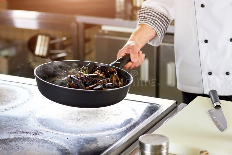 油煎在平底锅的壳淡菜 免版税图库摄影